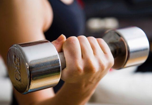 fitness de la mujer, las mujeres y el levantamiento de pesas, las mujeres y el entrenamiento de fuerza