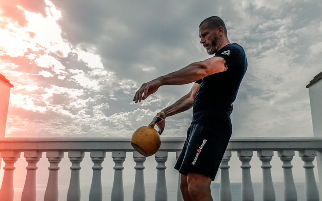 El ejercicio con pesa rusa fundamental para mayores de 40 años. ¡Desafía tus abdominales!
